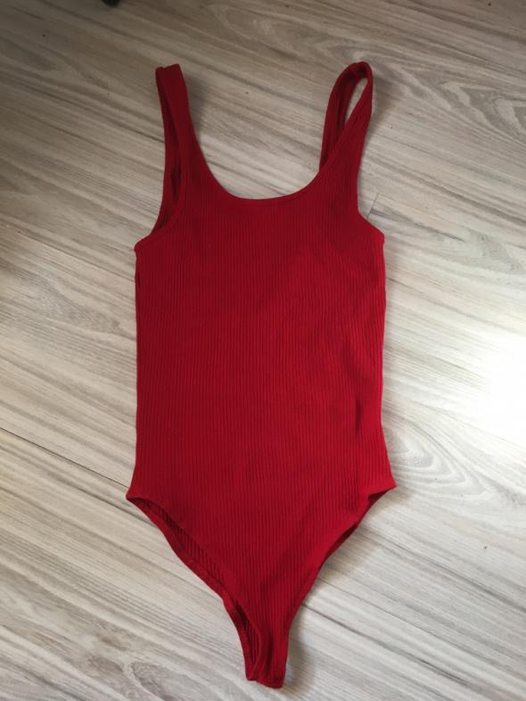 Czerwone body z wyciętymi plecami