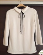 Biała bluzka z kołnierzykiem i aksamitną kokardką...