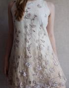 Beżowa sukienka z koronką Le Chateau M...