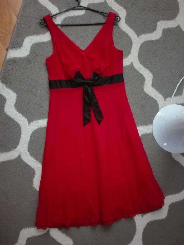 Czerwona tiulowa sukienka...