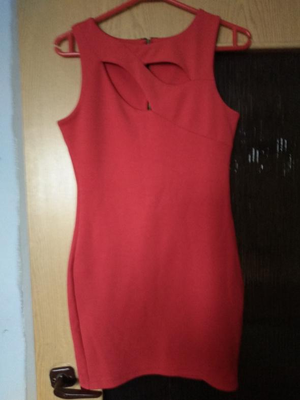 Czerwona sukienka z rozcięciami S...