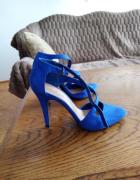 Niebieskie szpilki...