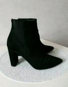 czarne buty na slupku...