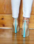 Kremowe buty na koturnie...