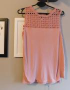 Pudroworóżowa bluzka z koronkowym wzorem