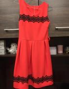 Sukienka z koronkowym zdobieniem...