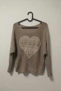 beżowy sweterek oversize z sercem...