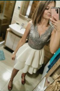 Piękna rozkloszowana sukienka firmy Emo...