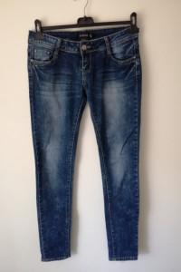 Ciemne jeansy z przetarciami...