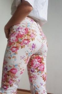 Białe spodnie jeansy w kwiaty 70s 90s vintage retro lato letnie...