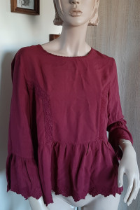 Bordowa bluzka z falbaną