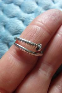 Srebrny pierścionek z gwoździem...