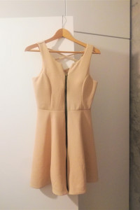 Piękna morelowa sukienka z suwakiem i oryginalnym tyłem...