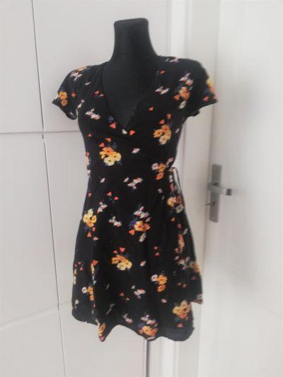 Suknie i sukienki Czarna sukienka w kwiatki H&M