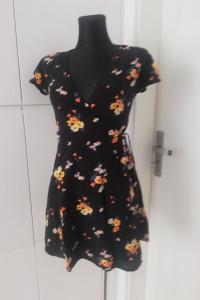 Czarna sukienka w kwiatki H&M...