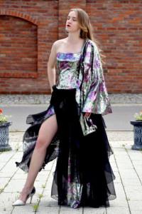 Długa sukienka z gorsetem w cekiny...