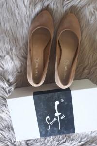 Klasyczne NUDE niski obcas Street Feet rozmiar 39 buty obcasy do pracy zamsz jasno bezowe