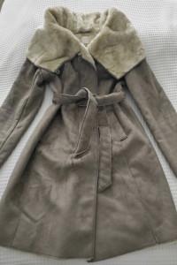 Szary płaszcz skórkowy kożuszek sztuczne futerko marki Promod L...