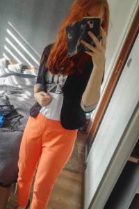 Proste pomarańczowe spodnie Vince Camuto...