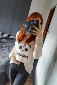 Uroczy sweterek z nadrukiem pandicorn New Look...
