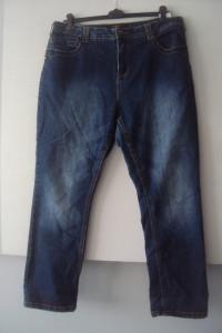 jeansy o prostych nogawkach...