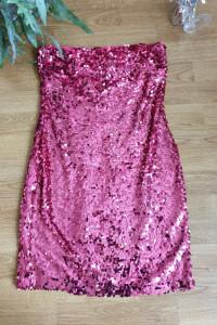 Różowa sukienka w cekiny z odkrytymi ramionami...