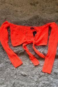 pomaranczowy sweterek gole ramiona...