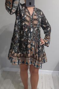 Włoska sukienka zapinana na perłowe guziczki