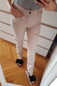 kremowe spodnie...