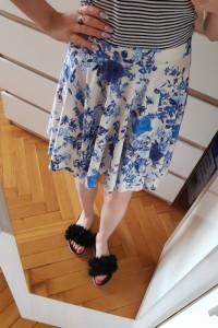 niebiesko biała spódnica...