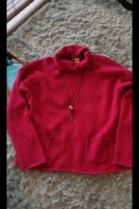 Śliczny malinowy sweterek DKNY...