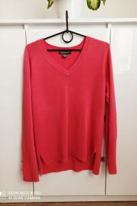 różowy sweterek w serek z guzikami