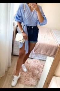 Bluzka niebieska białe paski z bufiastymi rękawami wiązana w pasie