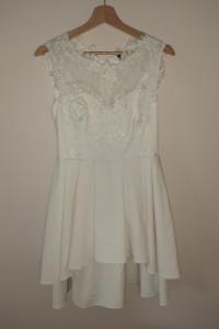 Biała sukienka elegancka z koronką