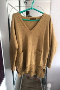 Miodowy sweter z kieszonkami...