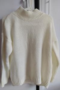 Biały sweter z golfem...