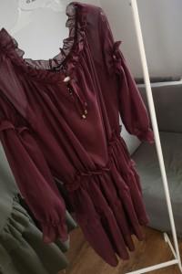 Excellence bordowa sukienka z falbankami