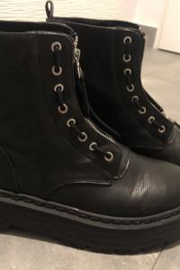 Czarne botki na platformie Pull&Bear