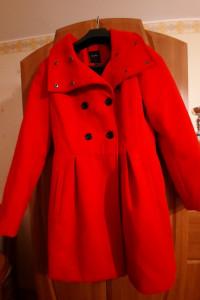 Czerwony płaszcz firmy Reserved...