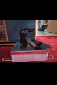 Czarne buty na słupku...