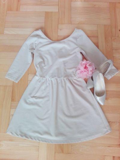 Suknie i sukienki Kremowa beżowa rozkloszowana sukienka stradivarius XS S dekolt z tyłu