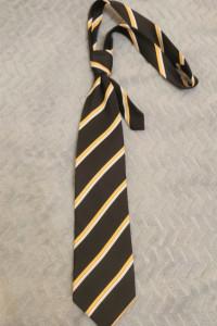Czarny krawat w żółto białe paski...