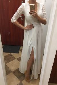 Długa biała koronkowa sukienka z rozcięciem...