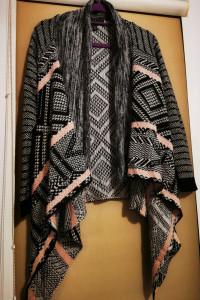 Asymetryczna narzutka sweter