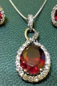 Śliczny srebrny zestaw kolczyki zawieszka z łańcuszkiem z czerwonym oczkiem