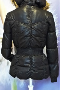 Czarna puchowa kurtka z kapturem Dividex firmy H&M...
