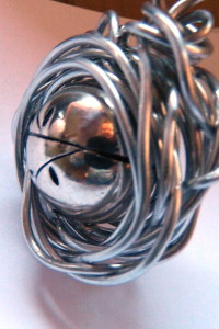 Ekstrawagancki wisior srebrna kula w drucie...