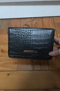 Torebka kuferek ze sztucznej skory ze złotym łańcuszkiem
