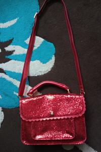 Czerwona torebka z brokatem...