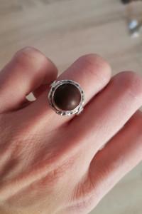 Stary srebrny pierścionek z czekoladowym kamieniem główka w owa...